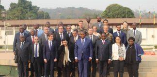 La photo de famille à la fin du dialogue politique entre l'Union européenne et le gouvernement centrafricain au palais de la Renaissance le 14 février 2020