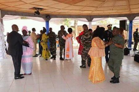 Le couple présidentiel et les généraux en danse lors du repas organisé à l'honneur des généraux à bangui le premier février 2020. Photo : Présidence de la République.