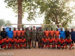 Le général commandant de l'EUTM remet un don des maillots de football à l'équipe de Forces de Défense et de Sécurité Le général commandant de l'EUTM remet un don des maillots de football à l'équipe de Forces de Défense et de Sécurité