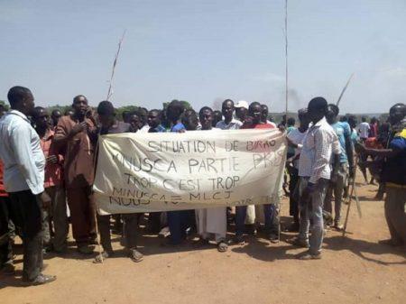 des manifestants brandissent une bandorole anti-minusca devant la base de la minusca à ndélé le 16 février 2020 par corbeaunews-centrafrique