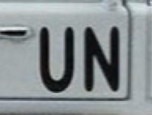 logo des nations unies à côté d'un blindé de la minusca à Bangui