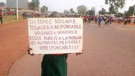 Manifestations des élèves le 2 mars 2020 sur l'avenue des martyrs à Bangui.