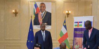 Photo, l'Ambassadrice de l'UE en Centrafrique, Samuela Isopi et le ministre de l'économie et du plan, Félix Moloua signent la convention de financement., 20:54 Appuyer deux fois pour ouvrir