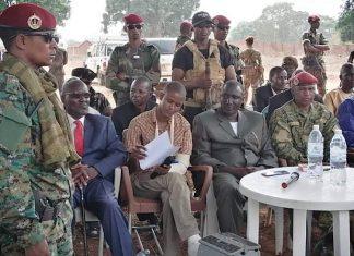 Le chef rebelle Ali Darassa, en costume marron français, entouré à sa gauche de son porte-parole, et à sa droite de l'un des officiers de la Seleka, lors de la signature de l'accord de paix intergroupe armé à Bria, le 19 mars 2020. Photo CNC/ Moïse Banafio