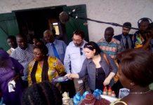 La Cheffe de la délégation de l'UE en RCA, Samuela Isopi, la ministre de la promotion des femmes, Aline Gisèle Pana et les autres personnes au centre d'écoute. Photo CNC / Jefferson Cyrille Yapendé