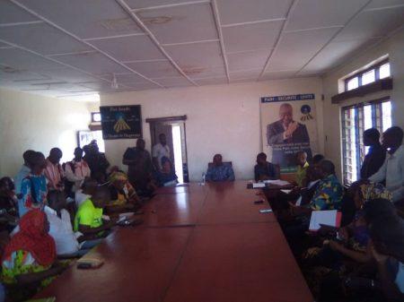 Le Président du Chemin de l'espérance Abdou Karim Meckassoua entourés des militantes et militants de son parti au siège dudit parti.