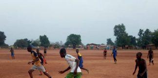 Les enfants jouent au football sur un terrain à Bria, dans la préfecture de Haute-Kotto, au centre-nord de la République centrafricaine. Photo CNC / Moïse Banafio