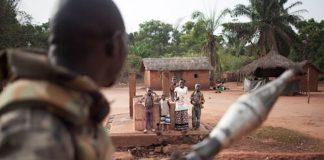 Des civils applaudissent un soldat FACA à Obo en Republique Centrafricaine