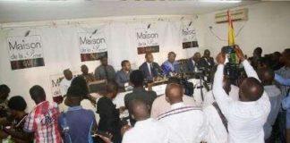Le président de la CENI et les représentants de l'OIF devant les journalistes à Conakry, Guinée, le 21 Octobre 2019. (VOA/Zakaria Camara) fetch%3EUID%