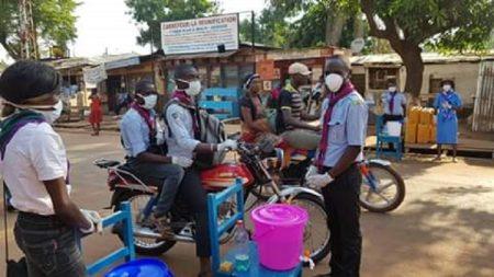 Les scouts se mèlent à la sensibilisation à la pandémie de Covid-19 à Bangui. Photo CNC / Mickael Kossi.