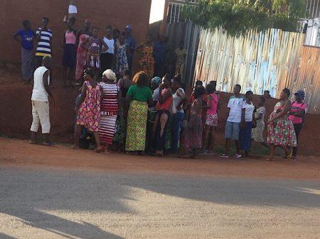 Une foule des femmes protègent l'accouchement ce vendredi 8 mai vers 16h30 au quartier Galabadja, dans le huitième arrondissement de Bangui. Photo CNC / Anselme Mbata