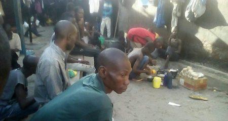 Les co-détenus des victimes du Covid-19 à Ngaragba le 8 mai 2020. Photo CNC / Anselme Mbata