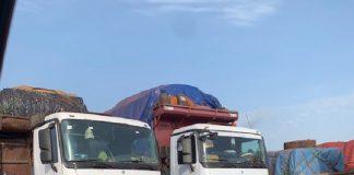 Des camions stationnées au parking de la douane du PK26 de Bangui, sur la rtoute de Bangui, le 11 avril 2020. Photo CNC / Anselme Mbata.