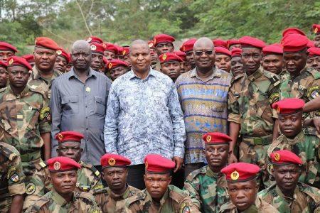 Des soldats FACA en présence du Président Touadera et de monsieur Sarandji