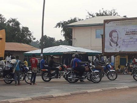 Des motos-taxis au croisement du lycée Gobongo, à Bangui, le 4 mai 2020. Photo CNC / Anselme Mbata.