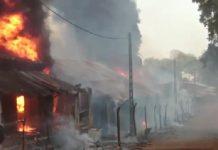 Incendie des bâtiments dans la ville de Ndélé lors des affrontements entre les groupes armés rivaux le 29 avril 2020. Photo CNC / Moïse Banafio