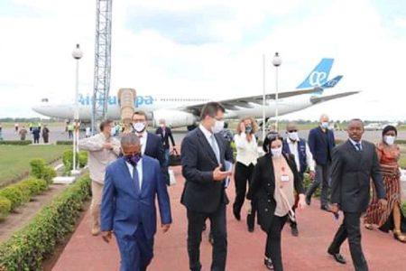 Accueil de la délégation de l'Union européenne par la chef de la délégation de l'UE en Centrafrique et le ministre centrafricain de la santé de la population. Photo CNC / Cyrille Jefferson Yapendé.