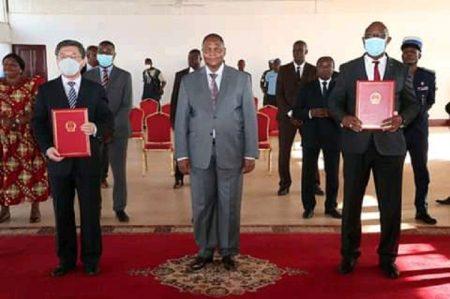 De gauche à droite l'ambassadeur chinois en Centrafrique, Président de la République et le ministre de l'économie, du plan et de la Coopération lors de la cérémonie de la remise de ce don. Photo tirée sur la page de la Renaissance.