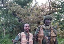 Le chef rebelle Ali Drassa, à droite sur la photo, et son ex-conseiller Hassan Bouba, à gauche, à Gbokologbo, dans la préfecture de la Ouaka. Photo CNC.