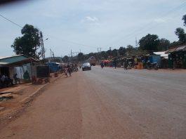 Environnement de l'accident survenu à Gobongo ce vendredi 5 juin sur l'avenue de l'indépendance à Bangui. Photo CNC / Anselme Mbata.