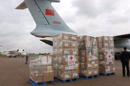 Les dons déchargés dans l'avion sur le tarmac de l'aéroport Bangui M'poko. Image de la Renaissance.