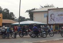 Des motos taxis au croisement lycée de Gobongo dans le quatrième arrondissement de Bangui. Photo CNC / Anselme Mbata