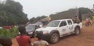 La sortie d'un véhicule transportant la dépouille d'un homme suspecté du Covid-19 retrouvé mort sur son lit le 25 juin 2020 au quartier PK11. Photo CNC / Anselme Mbata.