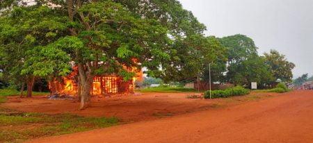 Commissariat de Bagandou incendié le jeudi 09 juillet 2020 par une foule hostile.