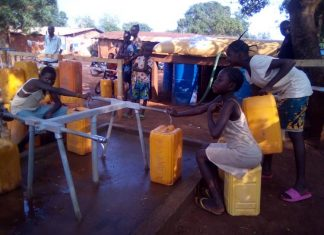 Les 3 enfants qui s'approvisionnent en eau potable fournie par l'OXFAM au quartier Kpéténé dans 6ème arrdt de Bangui. Copyright CNC Jefferson Cyrille YAPENDE.