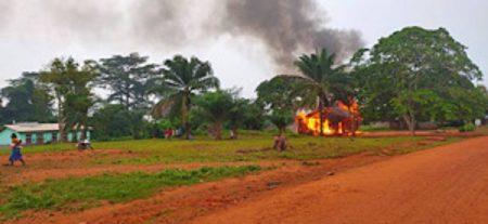 commissariat de police de boda incendié