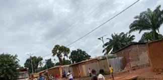 Le présumé voleur derrière la moto et poursuivi par une foule qui voudrait le lynché. Scène survenue au quartier Galabadja 3 dans le huitième arrondissement de Bangui. Photo CNC / Anselme Mbata.