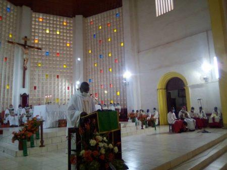 Pris d'ensemble des évêques de Centrafrique dans la Cathédrale immaculée de Bangui avec le SG de la CECA qui présente le message et en arrière plan les autres évêques. Copyright CNC Jefferson Cyrille YAPENDE.