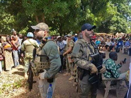 Les mercenaires russes à Koundili, dans l'Ouham-Pendé, le 25 mai 2019 lors de la visite officielle d'une délégation venue de Bangui après la tuerie de Paoua par le mouvement 3R. Photo CNC / Florence Maïguélé.
