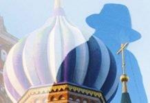 Derrière l'homme aux multiples visages, la cathédrale Saint-Basile-le-Bienheureux, à Moscou.
