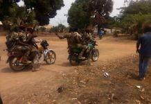 des rebelles du mouvement 3R en tenue militaire dans la ville de Bocaranga le 28 mars 2019. Photo CNC / Maïguelé.