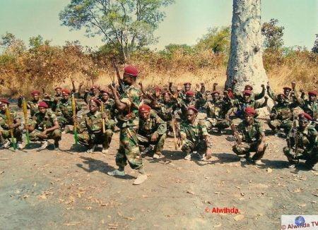 5 combattants de la seleka avec leurs armes