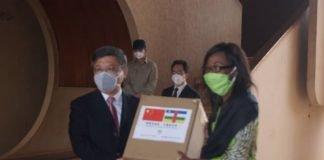 La remise symbolique de dons de matériels sanitaire par l'ambassadeur de la Chine en RCA, Chen Dong au ministre des Affaires Étrangères et des centrafricains de l'Etranger Sylvie Remonter Baïpo copyright CNC/ Jefferson Cyrille YAPENDE.
