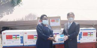 l'ambassadeur de Chine populaire en RCA, le diplomate Chen Dong et la ministre de la défense Marie-Noëlle Koyara le 12 août 2020 au ministère de la défense nationale à Bangui lors de la remise des dons chinnois des kits sanitaires