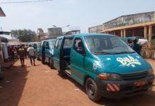 Des minibus stationnés au terminus nord au centre-ville de Bangui. Photo CNC / Mickael Kossi
