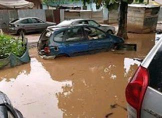 Inondation à Bangui, des véhicules foncent dans l'eau à Bangui le 23 août 2020