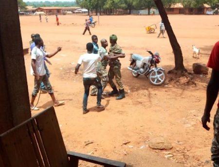 Deux rebelles du FPRC parlent avec des passants à Bria. Photo CNC / Moïse Banafio