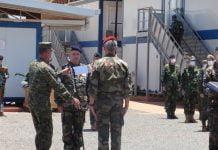 éric peltier remet la médaille du commanddement de l'EUTM au général de brigade Paulo Neves de Abreu