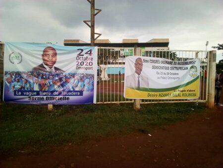 Les deux banderoles à l'entrée principale de l'iomnisport de Bangui.