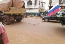 L'un des 10 blindés offerts par la Russie tracté par une corde à Bangui le 15 octobre 2020