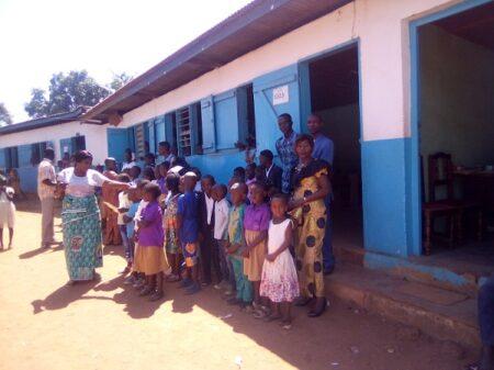 Des élèves et leur parent devant les salles de classe au sein de l'établissement New Tech Institut à Bangui le 3 octobre 2020. Photo CNC / Cyrille Jefferson Yapendé