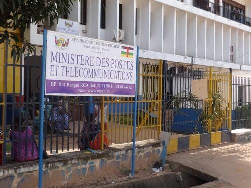 Entrée principale du ministère de postes et télécommunications bloquée par les manifestants ce vendredi 23 octobre 2020. Photo CNC / D. Y. Ibrahim