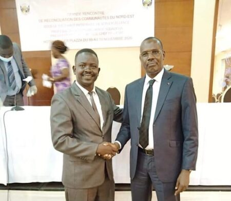 De gauche à Droite, Monsieur Abdel-Razipk, cadre du groupe armé MLCJ, et Monsieur Abdoulaye Hissen, patron militaire du goupe armé FPRC, lors de la signature de l'accord de reconciliation du peuple du nord à Bangui le 10 novembre 2020. Photo CNC