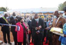 Le chef de l'État Faustin Archange Touadera, et la diplomate Samula Isopi lors de l'inauguration du bâtiment du siège de l'agence de l'eau à Bangui, le 30 octobre 2020.