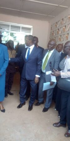 désiiré kolingba tient la main d'une dame entrain de saluer des gens