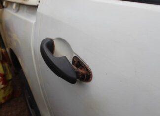 la portière du véhicule de l'ancien Président forcée par les gardes présidentiels le samedi 21 novembre 2020